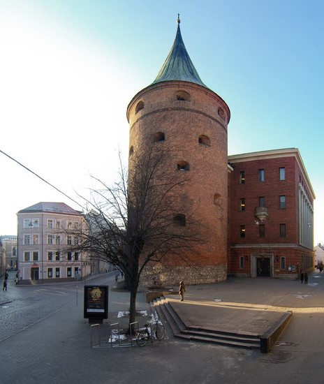 Пороховая башня и здание музея.