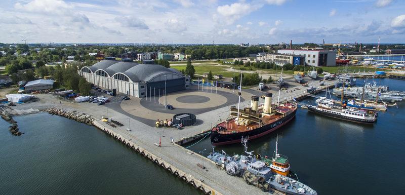 Вид на музей и гавань сверху.