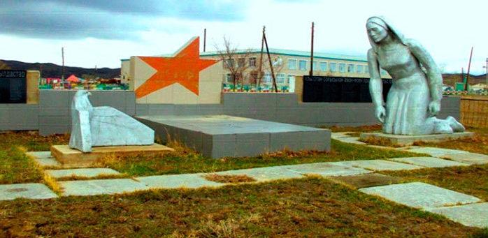 с. Кокбай Абайский р-на. Памятник «Скорбящая мать».