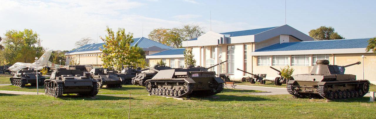 Общий вид внешней площадки с военной техникой.