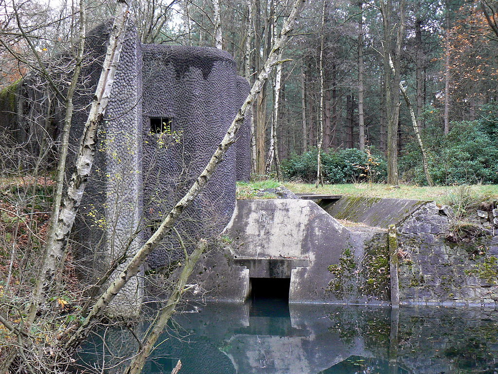 Бункер и шлюз на канале.