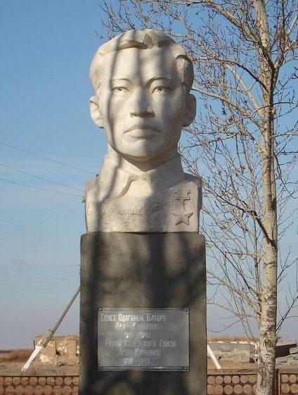 с. Косбармак Атбасарского р-на. Бюст Герою Советского Союза Курманову Акану, установленный в 1972 году.