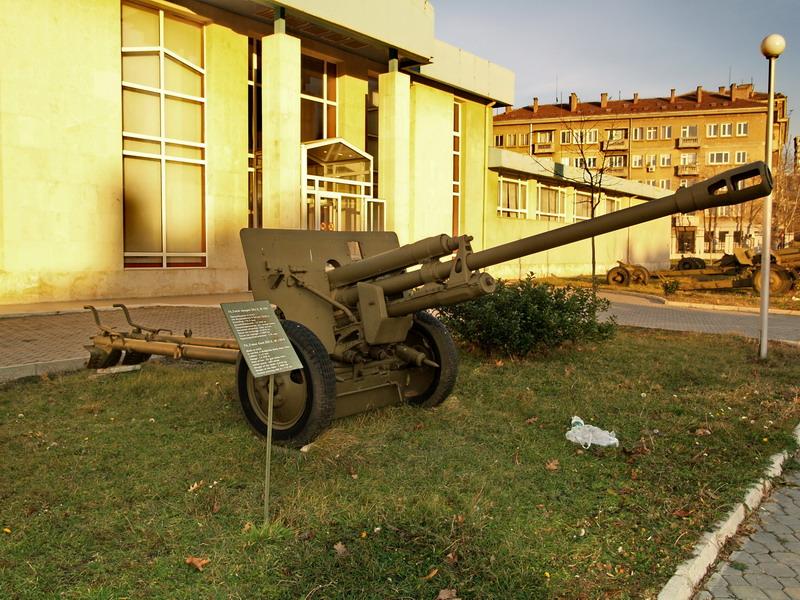 Орудие у здания музея.