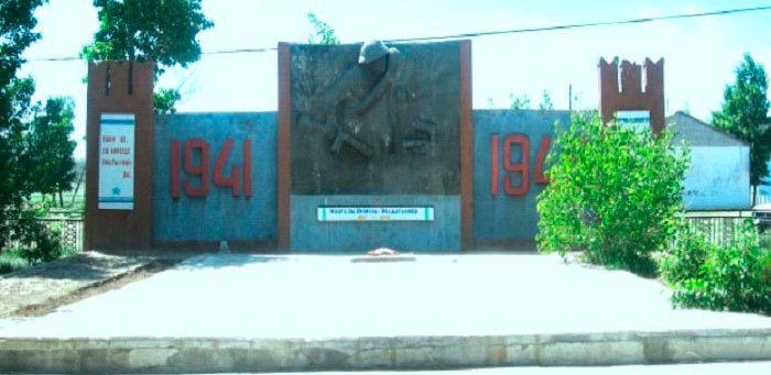 с. Медеу Абайского р-на. Памятник Герою Советского Союза Ж. Молдагалиеву.