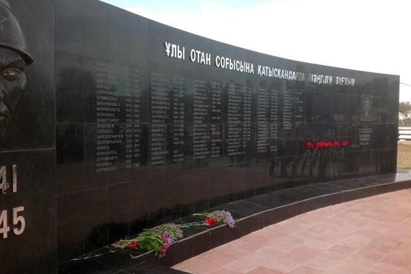 п. Ауэзов Жарминского района. Мемориал воинам Великой Отечественной войны, открытый в 2013 году и построенный на средства уроженца этого села.