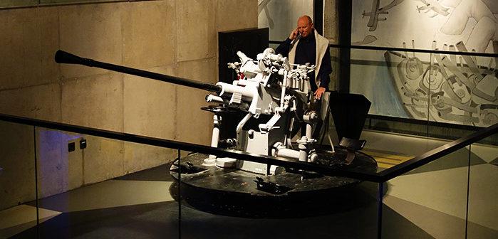 Зенитные корабельные орудия в музее.