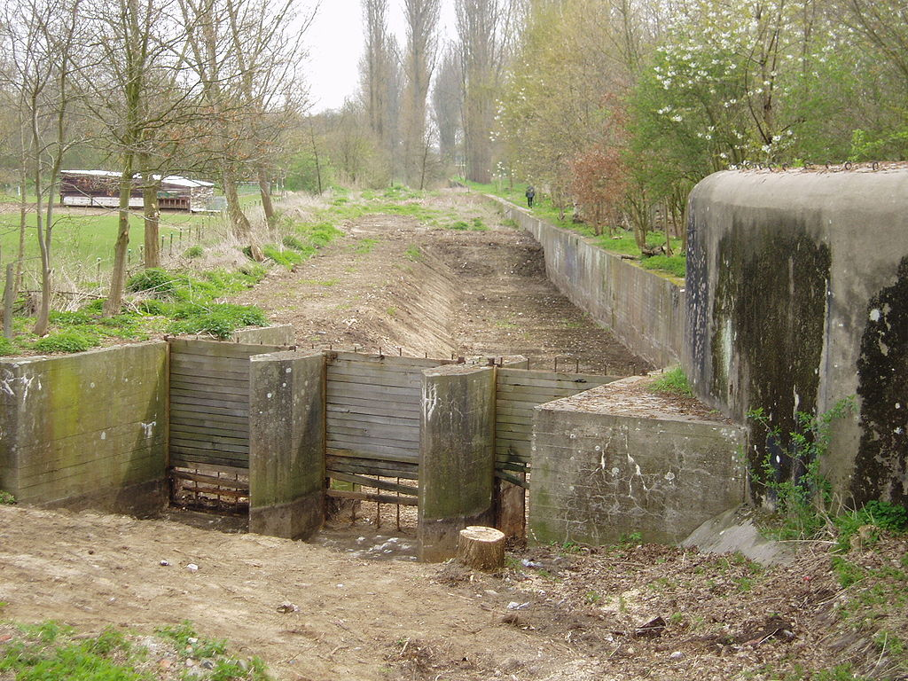 Бункер и остатки шлюза для заполнения водой рва.