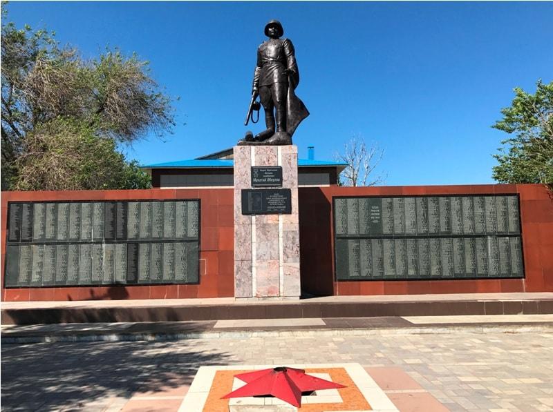 г. Аягоз Аягозского р-на. Памятник героям Великой Отечественной войны, установленный в 1985 году.