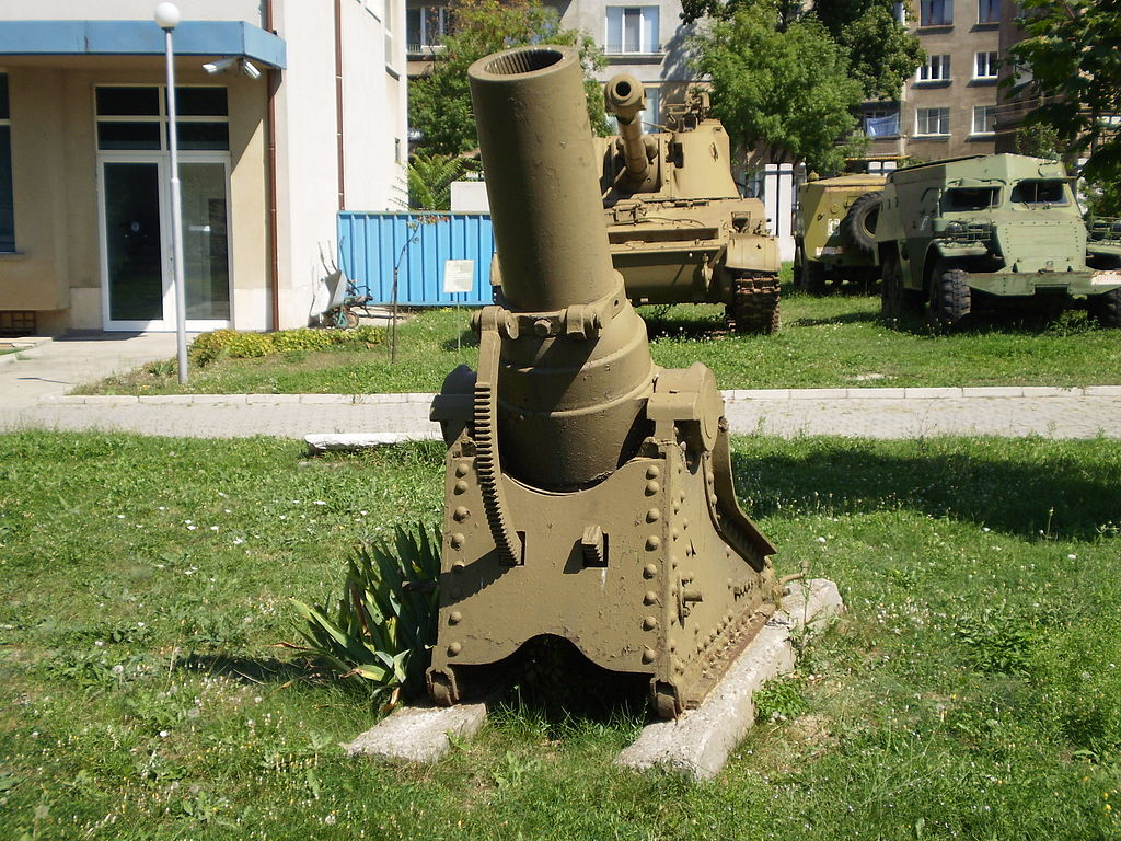 Артиллерия на внешней площадке.