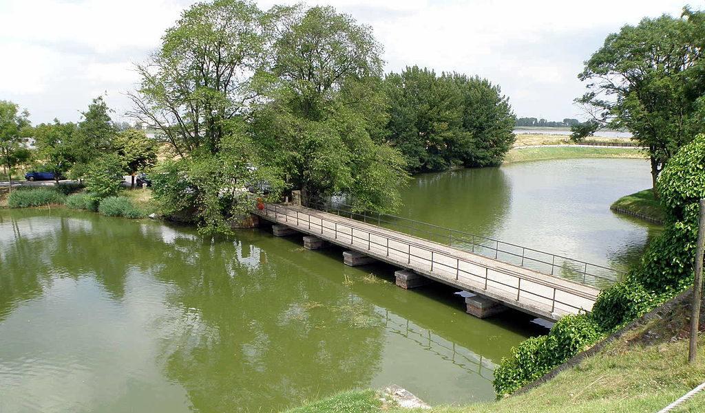 Мост через защитный ров.