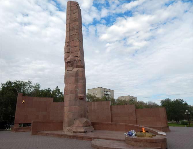 г. Актобе. 19-метровый гранитный обелиск Славы павшим актюбинцам в годы Великой Отечественной войны