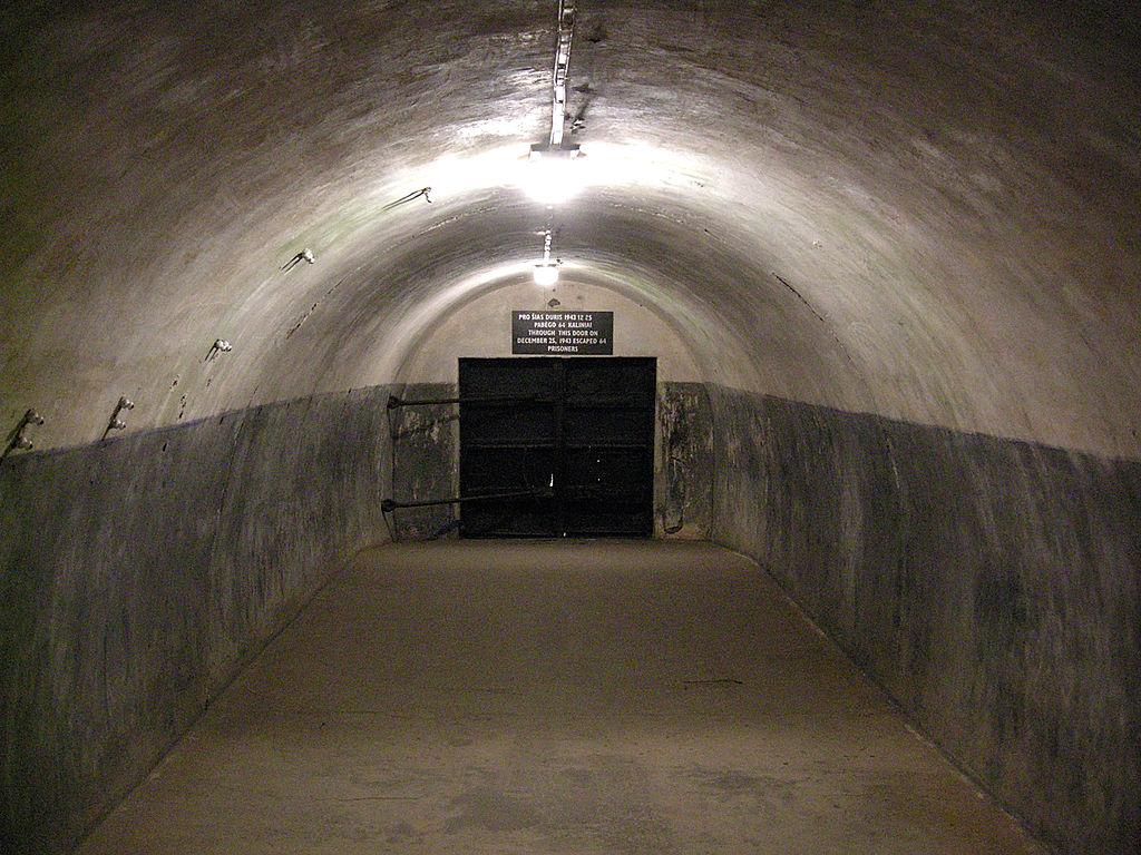 Дверь, через которую бежали заключённые в 1943 году