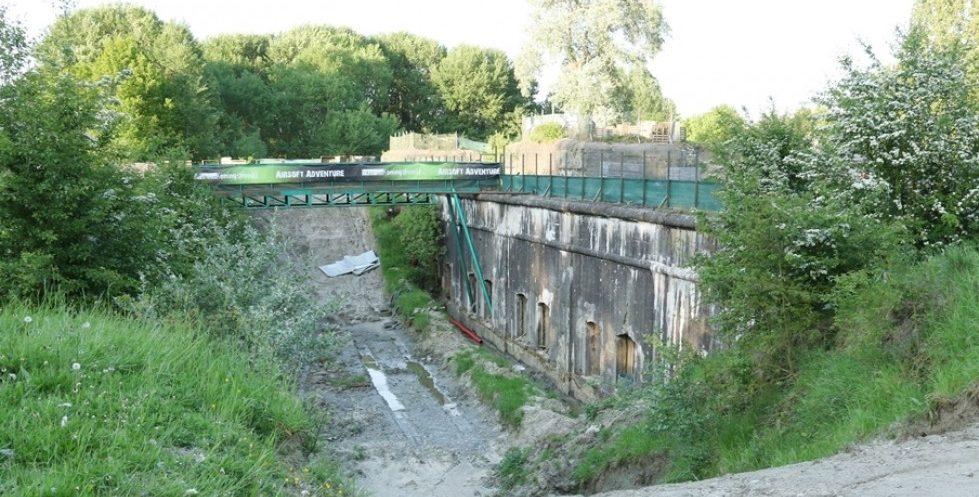 Защитный ров и мост.