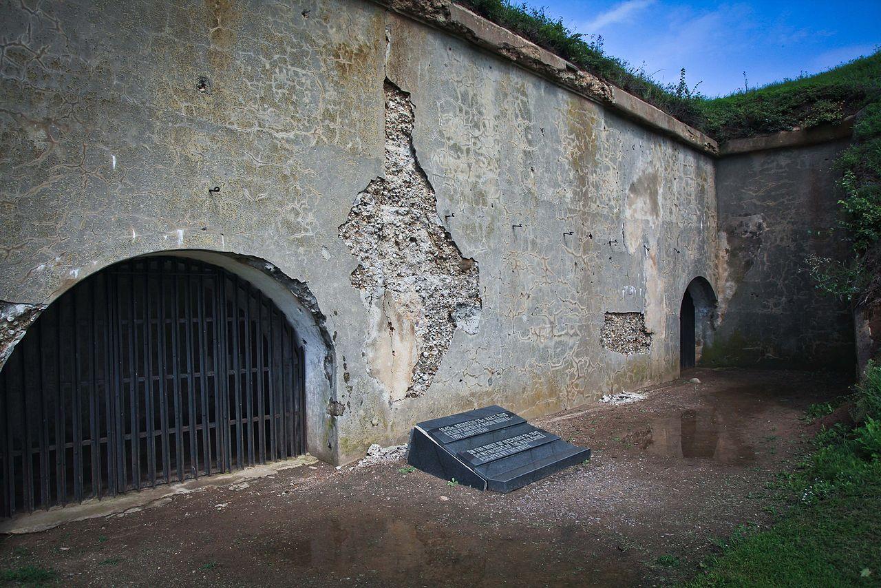 Мемориальная табличка возле выхода из тоннеля, через который бежали узники.