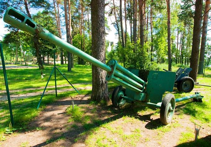 Орудие на внешней площадке музея.