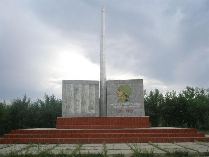 с. Бескарагай Бескарагайского р-на. Памятник воинам, павшим в годы Великой Отечественной войны.