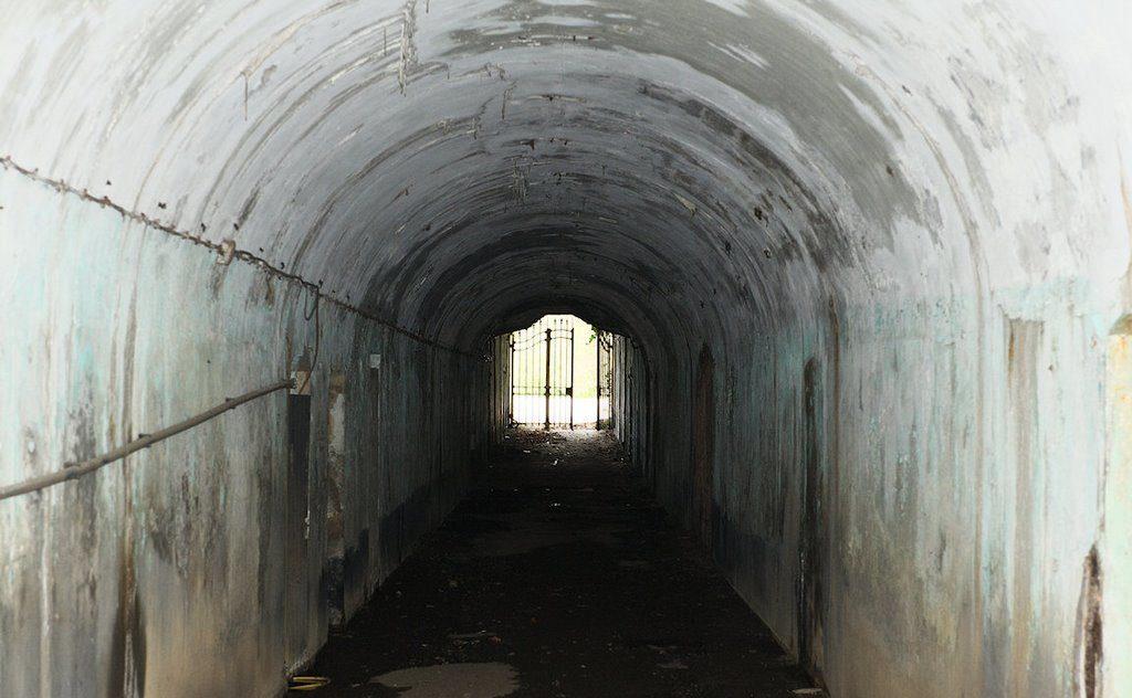 Ворота под крепостной стеной.