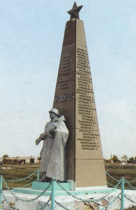 с. Жалманкулак Егиндыкольского р-на. Памятник в центре села воинам-землякам