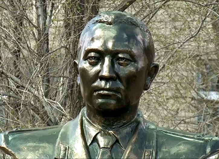 г. Актобе. Памятник Герою Советского Союза Малкеджару Букенбаеву