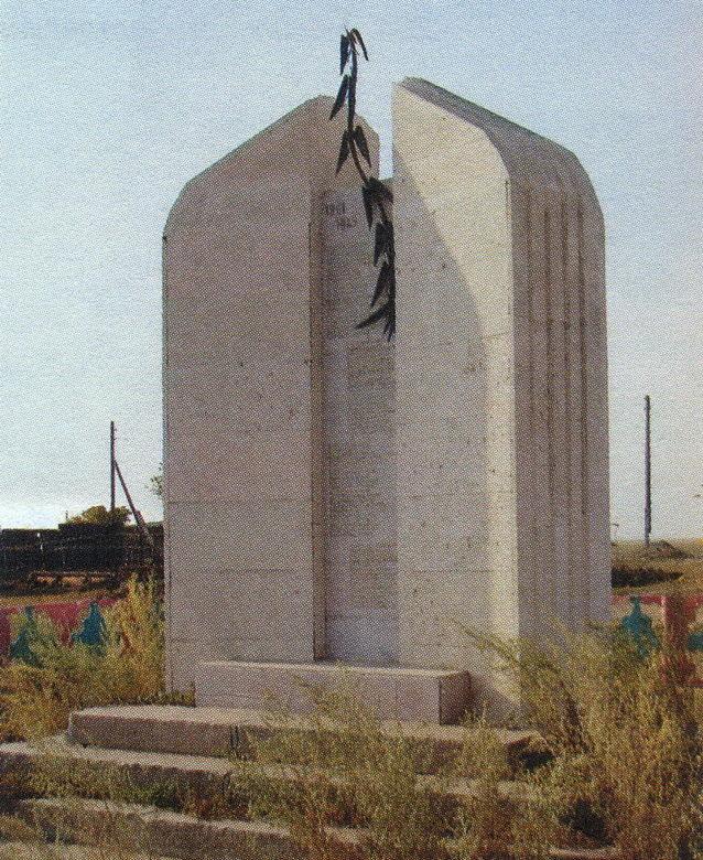 с. Коркем Егиндыкольского р-на. Памятник воинам-землякам