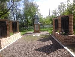 с. Глуховка Бескарагайского р-на. Памятник воинам, погибшим в годы Великой Отечественной войны.