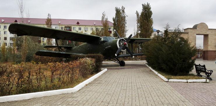 Самолет у мемориала.