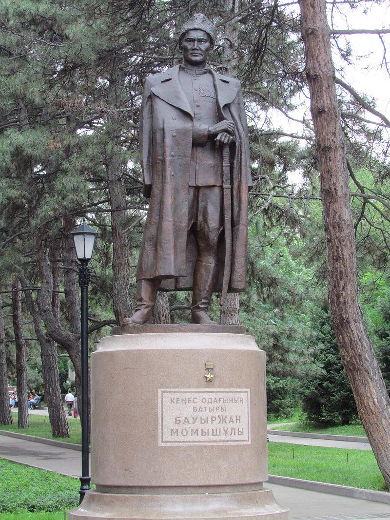 г. Алматы. Памятник Герою Советского Союза Бауыржану Момыш-улы