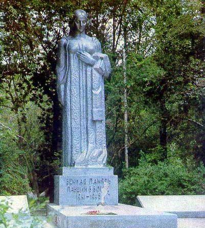 г. Атырау. Памятник воинам, павшим в Великой Отечественной войне в парке, у здания производственного филиала «Ембімұнайгаз» был установлен в 1971 году.
