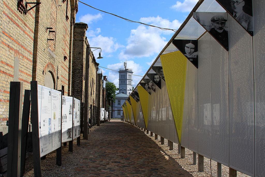 Стена с именами 70 тысяч жертв Холокоста.