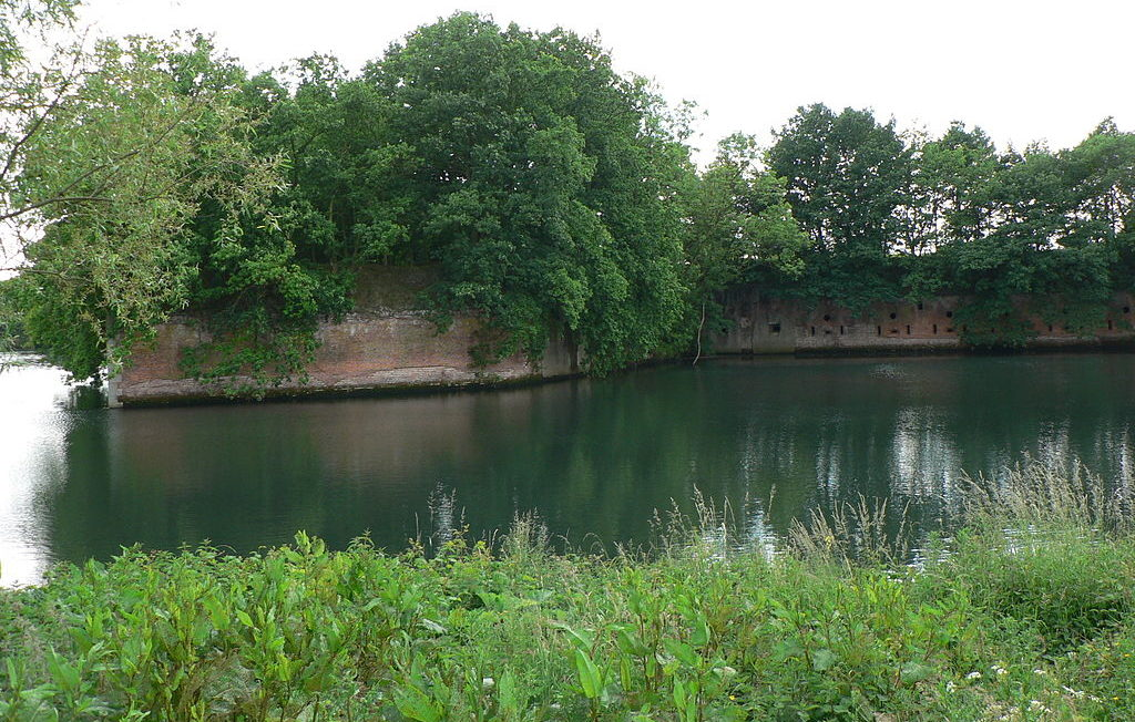 Крепостные стены форта.