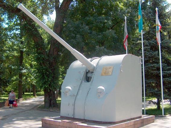 г. Алматы. Памятник воинам-морякам в парке 28-ми гвардейцев-панфиловцев.