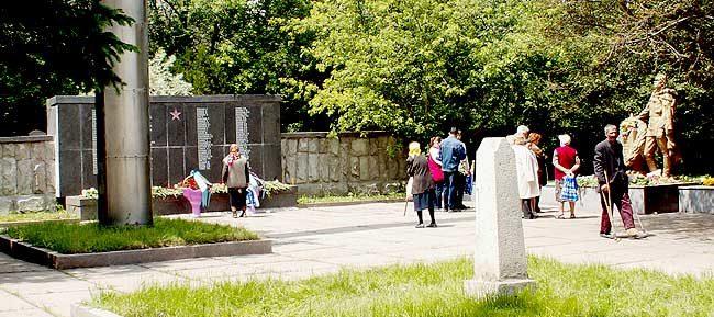 г. Алматы. Общий вид мемориала на братской могиле Центрального кладбища.