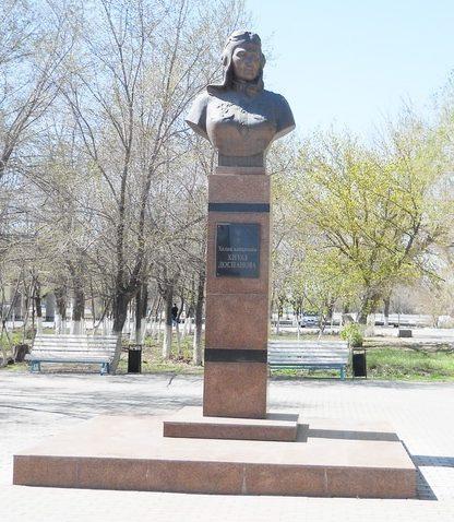г. Атырау. Памятник Хиуаз Доспановой - единственной лётчице-казашке на войне, установлен на ул. Абая.
