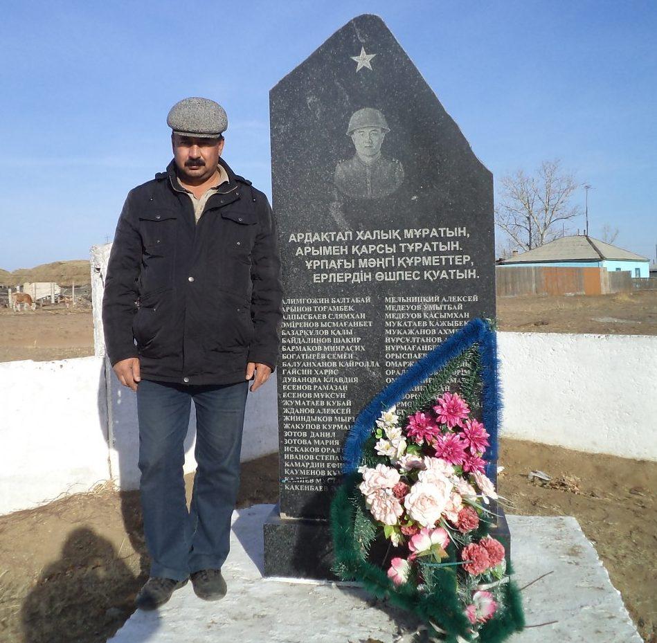 с. Чаган Бескарагайского р-на. Памятник землякам во дворе школы, погибшим в годы Великой Отечественной войны.