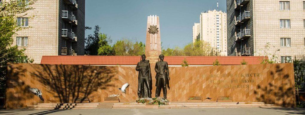 г. Астана. Общий вид памятника «Два солдата».