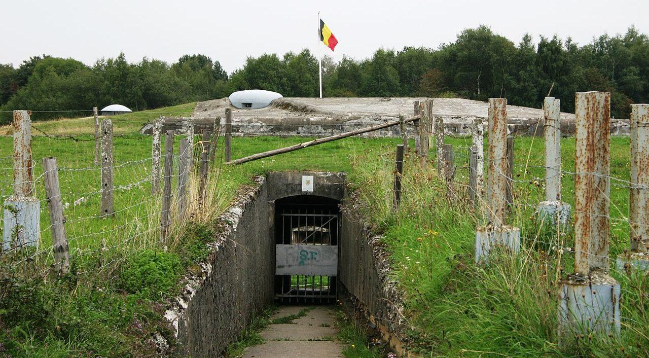 Общий вид входа в казематы с выдвижным мостом.