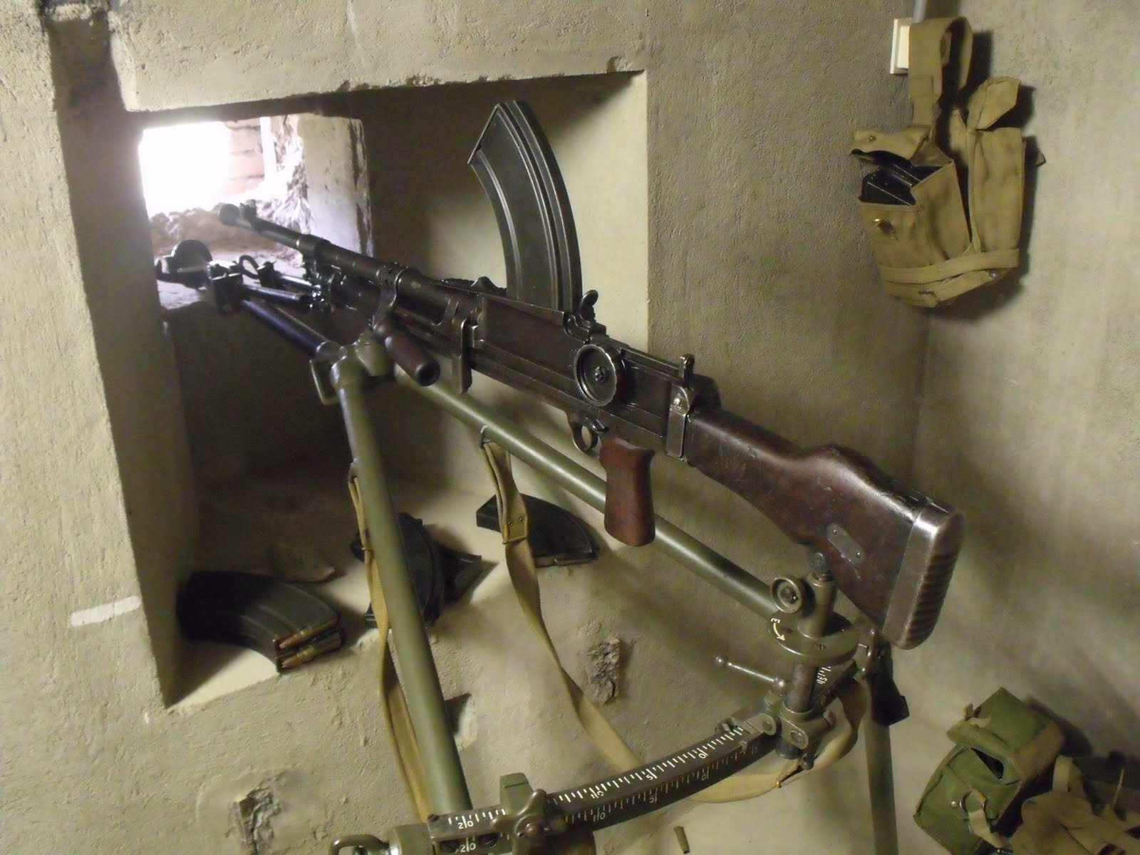 Ручной пулемет на станке в амбразуре бункера.