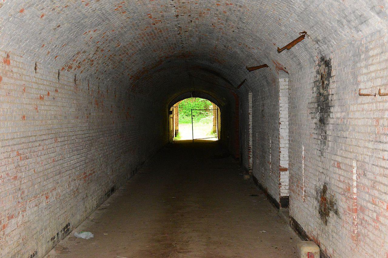 Вход под крепостной стеной.
