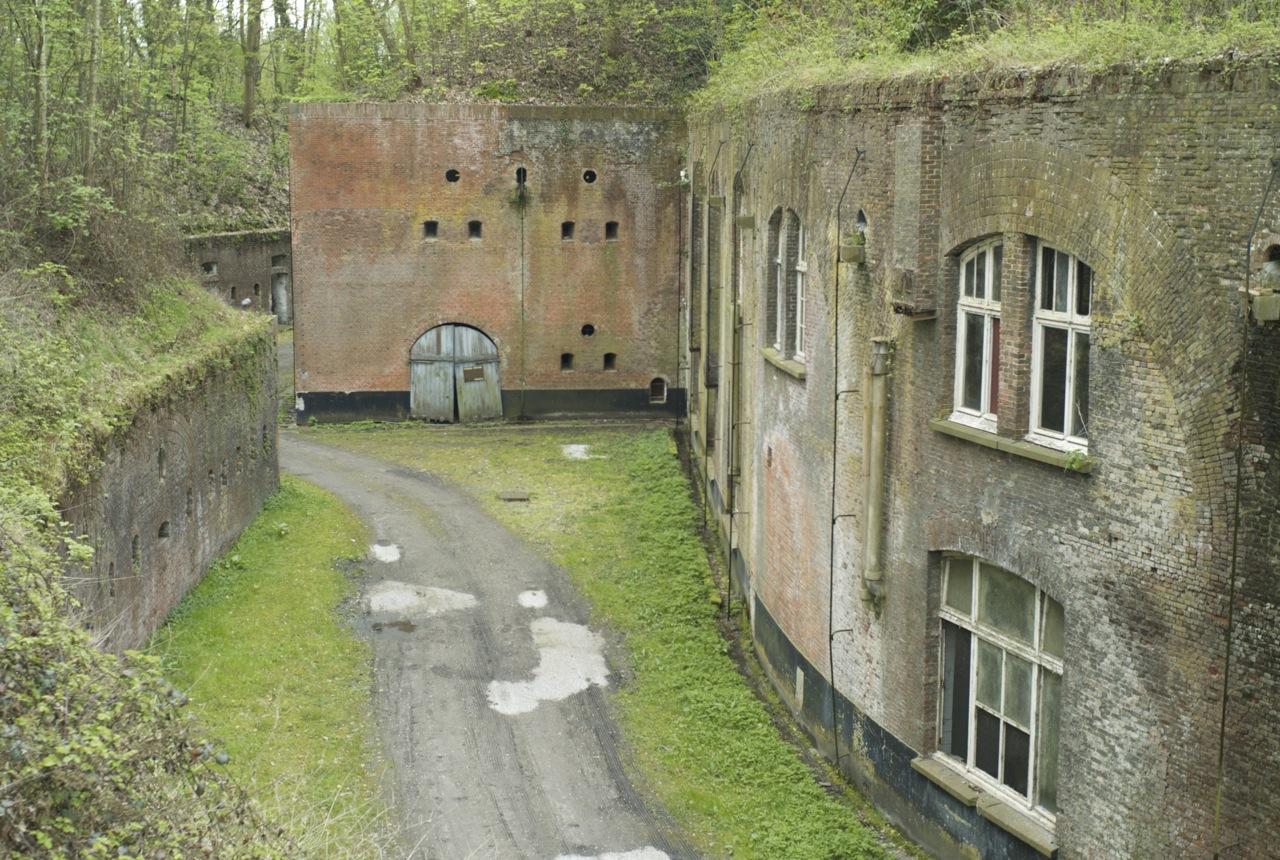 Руины у крепостной стены.