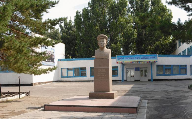 п. Баканас Балхашского р-на. Бюст Бактыоразу Бейсекбаеву