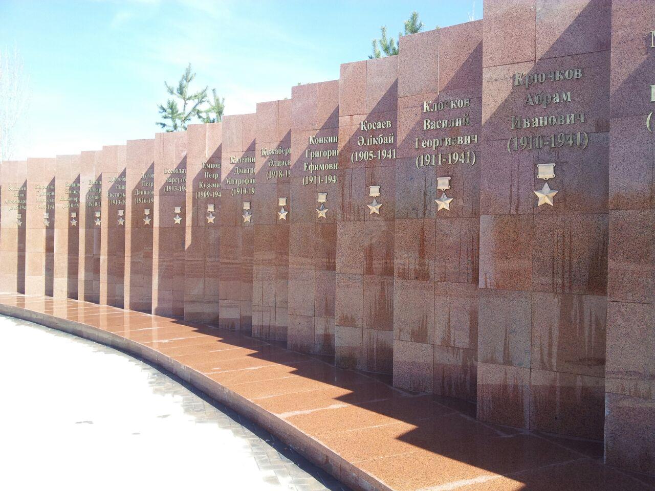 Стела с именами героев-панфиловцев.