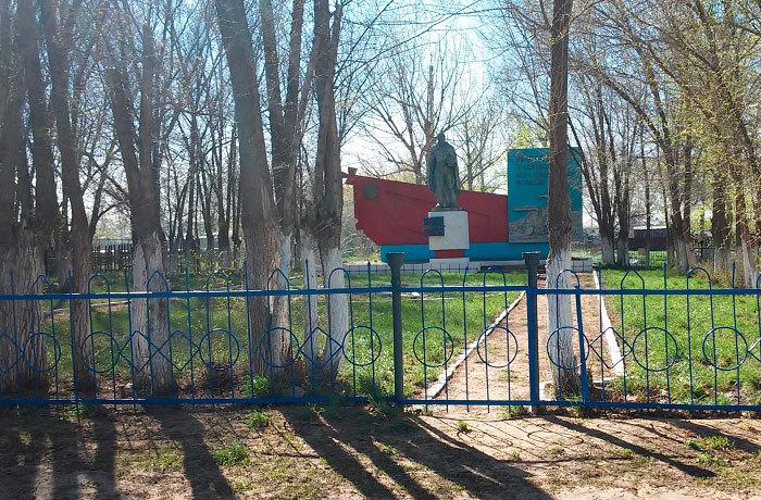 с. Новодворка Бородулихинского р-на. Памятник ветеранам Великой Отечественной войны.