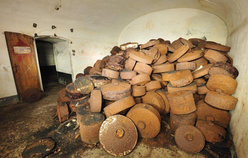 Свалка противотанковых мин в подвале форта.