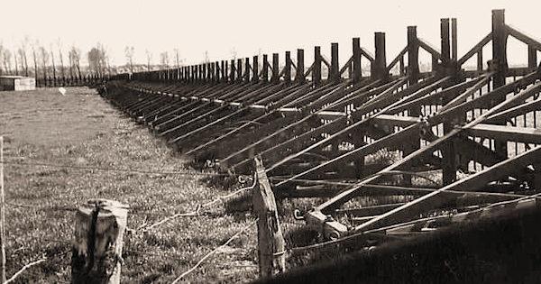«Железная стена» из элементов «Cointet» на равнине, дополнительно скрепленная стальным тросом.