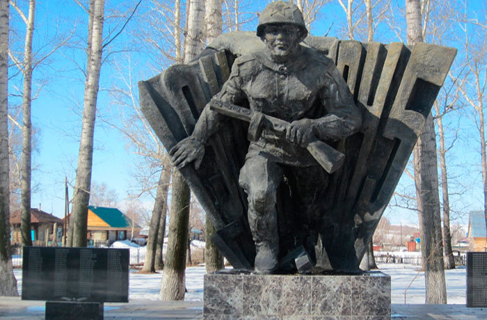 с. Бобровка Глубоковского р-на. Памятник ветеранам Великой Отечественной войны.