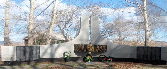 с. Быструха Глубоковского р-на. Памятник ветеранам Великой Отечественной войны.
