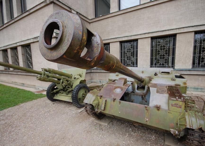 Оружие у входа в музей.