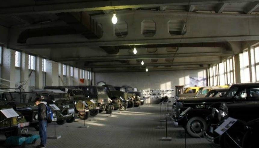 Зал военной автотехники.