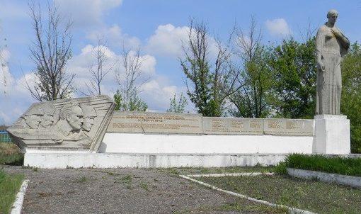 с. Александровка Шевченковского р-на. Памятник на сельском кладбище, установлен на братской могиле, в которой похоронено 145 воинов, погибших в годы войны
