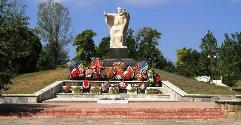 г. Комрат. Мемориал героям-освободителям, погибшим при освобождении города. Он представляет собой скульптуру воина освободителя и скорбящей матери. Был установлен 23 августа 1975 года. Скульптор - Лазарь Дубиновский